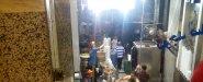 شكل المطعم من تحت وهما بيجهزوا الاكل فيه أماكن تقعد فيها بردو