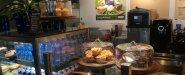 أنواع مختلفة من العصائر والشاي والقهوة والمشروبات الساخنة الأخرى، والساندويشات والفطائر والحلويات المختلفة المتوفرة في المقهى