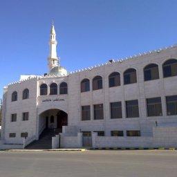 صورة لواجهة المسجد من الشارع الرئيسي