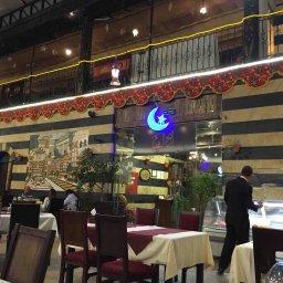 المطعم على طراز البيت العربي الدمشقي العتيق والاجواء شامية والطعام لذيذ ومتنوع ويوجد فقرة ميلوية اثناء الافطار