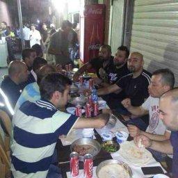 انا والأصدقاء راكبي الدراجات النارية خلال عشاء في مطعم شهرزاد