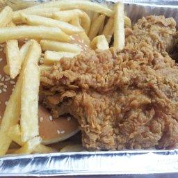 دجاج قطع مع بطاطس وخبز