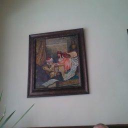 لوحة من لوحات يلي موجودة في المقهى