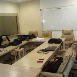 غرفة الاجتماعات يظهر فيها اللوح الأبيض و data show