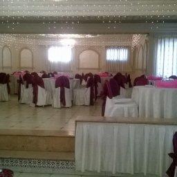 قاعة النساء و بكون في فاصل بالنص هالشي مش حلو