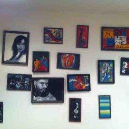 مجموعة صور منوعة التصميم والرسمات موجودة بمطعم vivid