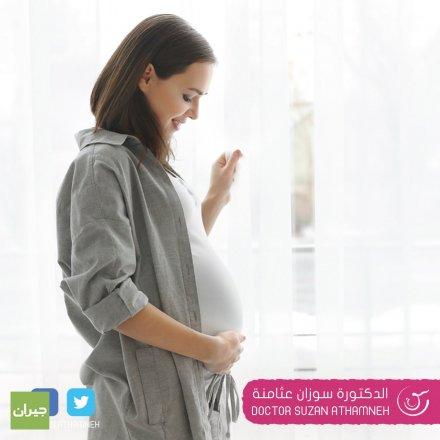 الدكتورة سوزان عثامنة/أخصائية الجراحة النسائية والولادة ومعالجة العقم/عيادات مستشفى العبدلي. حاصلة على البورد اﻷردني. تبدأ زيارات متابعة الحمل بعد عمل تحليل الحمل أو تأخر الدورة الشهرية عن ميعادها بأسبوع تقريبا، ويتم في الزيارة الأولى إجراء سونار لتأكيد وجود حمل وتحديد مكانه الصحيح والاطمئنان علي الرحم والمبايض.  تكون الزيارة الثانية بعد الأولي ب ٣ أسابيع تقريباً لسماع نبض قلب الجنين وتحديد عمره بدقة.  بعد ذلك تكون الزيارات منتظمة كل شهر، وحتى دخول الشهر الثامن لتصبح الزيارات متقاربة أكثر كل أسبوعين، وعند دخول الشهر التاسع تصبح الزيارة كل أسبوع وحتى الولادة.  كل الزيارات يتم فيها إجراء سونار…