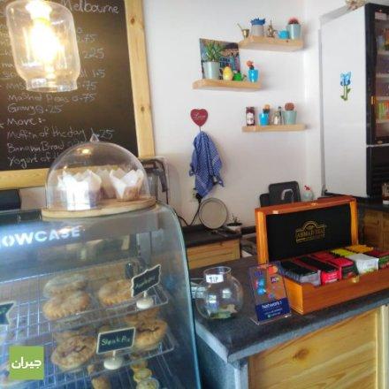 لقد شرعنا في جعل Little Melbourne أفضل مقهى في الأردن ، حيث نجلب القهوة على طريقة ملبورن والفطائر على طريقة ملبورن إلى مكان صغير قمنا بتحويله بالكامل. (قهوة-المشروبات الباردة-فطائر-كويتش) We've set out to make Little Melbourne the best cafe in Jordan, bringing Melbourne-style coffee, Melbourne-style pies, and Melbourne-style vibes all into a little spot we've totally transformed. (Coffee-Cold drinks-Pies-Quiches)